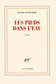 Benoît Duteurtre Les pieds dans l'eau Collection Blanche, Gallimard Parution : 25-08-2008